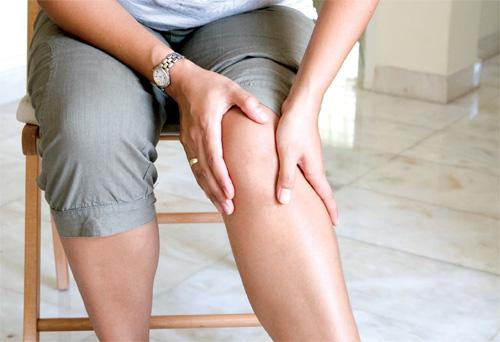 ><figcaption></figcaption></figure></div><h4><span>Sơ cứu nhanh khi bị sai khớp:</span></h4><ul><li>Không di chuyển để tránh lực tác động lên vết thương, không nắn hoặc cố cử động khớp bị trật, điều này có thể gây tổn thương khớp, cơ, dây chằng, mạch máu và thần kinh, nên ngồi im tại chỗ để mọi người sơ cứu giúp bạn.</li><li>Cố định khớp: Dùng vải hoặc áo (trường hợp khẩn cấp mà không có vải) băng cố định khớp để tránh làm vết thương bị động trong quá trình đưa vào bệnh viện.</li><li>Chườm lạnh lên vùng khớp bị thương để giảm sưng nề, có thể dùng đá lạnh chườm trực tiếp lên da hoặc cho đá vào miếng vải để chườm. Không nên chườm nóng, đắp muối, bóp thuốc rượu hay mật gấu, vì có thể làm tình trạng xấu đi.</li><li>Sau đó, nhờ bạn bè đưa tới bác sĩ để kịp thời xử lý chấn thương. Không được chủ quan cố gắng chịu đựng để vết thương tự lành. Vì nếu bị nặng mà không được điều trị sớm, chấn thương có thể để lại di chứng.</li></ul></div></div><div class=