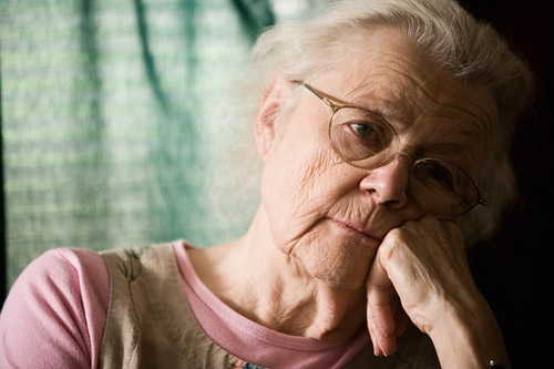 ><figcaption></figcaption></figure></div><p>Tuy vậy, đối với một số người cao tuổi do bị suy dinh dưỡng lâu ngày nên đã có ảnh hưởng đến hệ thần kinh trung ương, trong khi tự bản thân người đó không thể hoặc không biết mình đang mắc bệnh gì. Trong trường hợp này thì những thành viên trong gia đình cũng có thể nhận biết từ người cao tuổi là: ông, bà, bố, mẹ kém dần sự minh mẫn, hay quên hay kêu mệt mỏi, chán ăn, ăn không ngon miệng hay cáu gắt vô cớ.</p><p>Người cao tuổi bị suy dinh dưỡng thường ăn khó tiêu, dễ táo bón, phân lúc lỏng lúc rắn, hay đau bụng lặt vặt. Nếu người cao tuổi mà đang mắc bệnh mạn tính khác như: hen suyễn, bệnh tim, viêm gan, bệnh về xương khớp thì các bệnh này tăng lên nhanh chóng hơn và toàn trạng trở nên dễ bị suy sụp và đặc biệt khi có tác nhân nhiễm trùng xâm nhập thì rất khó tránh khỏi mắc bệnh.</p></div></div><div class=