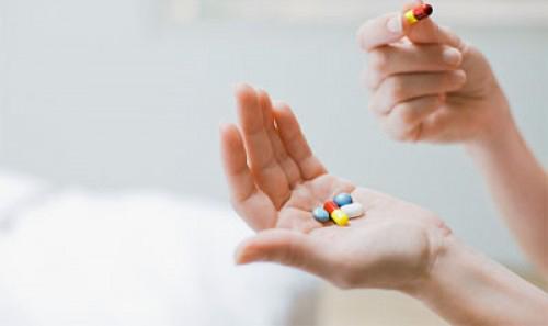 ><figcaption></figcaption></figure></div><ul><ul><li>Với bệnh nhân nam: Dùng testosterone gel 25-50mg. Testosterone enanthate 250 mg tiêm bắp sâu/2-4 tuần/lần. Khi sử dụng các hoóc-môn sinh dục nam, bác sỹ sẽ định kỳ kiểm tra loại trừ ung thư tuyến tiền liệt như siêu âm, định lượng PSA ngoài ra bệnh nhân cần theo dõi huyết áp, xét nghiệm hematocrit để theo dõi tình trạng tăng hồng cầu do thuốc.<div><span>Chú ý với bệnh nhân có nguyện vọng sinh con cần được chuyển tới cơ sở chuyên khoa sâu để được sử dụng các thuốc kích thích sự phát triển và trưởng thành nang trứng và tinh trùng.</span></div></li></ul></ul><p>Bệnh nhân suy tuyến yên cần biết việc điều trị thay thế hoóc-môn là rất cần thiết và phải dùng thuốc suốt đời. Nếu có những dấu hiệu như mệt, buồn nôn, nôn, sốt huyết áp thấp hoặc truỵ mạch, nhịp chậm chóng mặt cần tăng liều corticoid và tới khám ở cơ sở chuyên khoa để được chỉnh liều thuốc cho phù hợp.</p></div></div></div><div class=