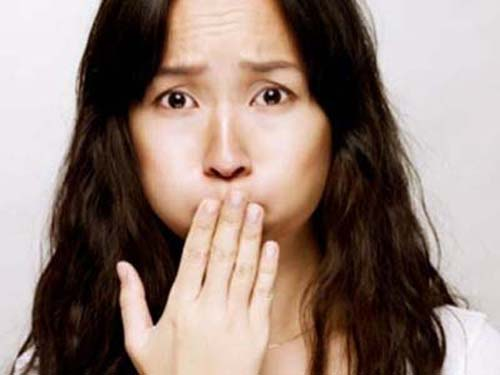 ><figcaption></figcaption></figure></div><h4>Biểu hiện ở trẻ sơ sinh:</h4><ul><li>Có triệu chứng suy hô hấp ngay sau đẻ: Trẻ khó thở, tím tái, thường thấy ngay từ nhịp thở đầu tiên, bụng lõm, ngực phồng. Nghe phổi: rì rào phế nang cùng bên bị thoát vị giảm, tim bị đẩy sang bên đối diện, nghe thấy có tiếng nhu động ruột lên ngực. Nếu hồi sinh tim phổi bằng cách bóp bóng thì càng thấy trẻ tím hơn.</li><li>Biểu hiện của trẻ ngoài giai đoạn sơ sinh: Có thể có một trong các tình huống sau:</li><ul><li>Viêm phổi tái phát nhiều thành từng đợt; khó thở; tắc ruột (bí trung, đại tiện, bú kém, nôn…); hoặc các dấu hiệu khi khám: nghe phổi thấy rì rào phế nang, bên thoát vị giảm hơn bên lành, có tiếng nhu động ruột, ngực bên thoát vị phồng hơn, bụng lõm…</li></ul></ul><h4>Xét nghiệm phát hiện thoát vị:</h4><ul><li>Chụp Xquang: thấy hình hơi của ruột trên lồng ngực, tim bị đẩy sang bên đối diện, mất đường liên tục của vòm hoành, nếu chụp ngực có bơm cản quang vào dạ dày thì thấy dạ dày và ruột nằm trên lồng ngực.</li><li>Siêu âm: sử dụng cho trường hợp thoát vị hoành bên phải không xác định được bằng lưu thông ruột, vòm hoành mất độ liên tục, gan nằm trên cơ hoành.</li></ul></div></div><div class=