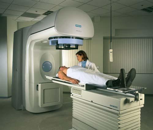 ><figcaption></figcaption></figure></div><ul><li>Xạ trị kết hợp phẫu thuật: Xạ trị được sử dụng để cô lập khối u trước phẫu thuật hoặc tiêu diệt tế bào ung thư còn sót sau phẫu thuật. Với những khối u tái phát sau phẫu thuật thường được điều trị tia xạ.</li><li>Xạ trị kết hợp hoá chất: Xạ trị có thể điều trị trước trong hoặc sau điều trị hoá chất.<span>Sau tia xạ có nhiều bệnh nhân cần được nuôi dưỡng tạm thời bằng ống thông dạ dày.</span></li></ul><p><span>Điều trị phẫu thuật là biện pháp sử dụng tia laser nhằm lấy bỏ khối u trong khi bệnh nhân được gây mê. Cách thức phẫu thuật chủ yếu dựa vào kích thước và vị trí khối u. Có nhiều loại phẫu thuật ung thư hạ họng thanh quản:</span></p><ul><li>Cắt toàn bộ thanh quản.</li><li>Cắt một phần thanh quản.</li><li><span>Cắt thanh quản trên thanh môn: là phẫu thuật lấy bỏ phần trên thanh quản và vùng thượng thanh môn.</span></li><li>Cắt dây thanh âm: lấy bỏ một hoặc hai dây thanh âm.</li></ul><p><span>Đôi khi phẫu thuật viên cũng lấy bỏ cả những khối hạch vùng cổ. Phương pháp này được gọi là nạo vét hạch. Phẫu thuật viên nhiều khi cũng cắt cả tuyến giáp.</span><span>Trong cuộc mổ ung thư thanh quản, phẫu thuật viên có thể cần phải mở khí quản. Ống mở khí quản là một đường dẫn khí mới đi qua một lỗ mở ở phía trước cổ. Không khí sẽ vào và đi ra khỏi khí quản và phổi thông qua lỗ mở này, ống mở khí quản hay giúp đường dẫn khí mới luôn mở. Đối với một số bệnh nhân, lỗ mở khí quản chỉ là tạm thời. Nó chỉ cần thiết cho tới khi bệnh nhân phục hồi sau phẫu thuật.</span></p><p>Sau phẫu thuật một số bệnh nhân có thể cần một ống nuôi dưỡng tạm thời.</p><div class=