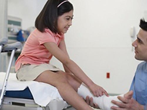><figcaption></figcaption></figure></div></p><ul><li><span>Viêm khớp vẩy nến (psoriatic arthritis</span><strong>)</strong></li><ul><li><span>Tuổi bị bệnh: 7-11 tuổi</span></li><li><span>Các biểu hiện ở khớp thường xuất hiện trước khi có các tổn thương ở da.</span></li><li><span>Những tổn thương da của bệnh vẩy nến cần được tìm và phát hiện ở bất kỳ trẻ viêm khớp nào, đặc biệt là ở da đầu, quanh rốn, kẽ móng.</span></li><li><span>Tiến triển của bệnh đa dạng, có trường hợp những tổn thương khớp rất nhẹ, nhưng cũng có những trường hợp tổn thương khớp nặng thậm chí có chỉ định thay khớp...</span></li></ul></ul><h4><span>Cận lâm sàng</span></h4><p><span>Xét nghiêm công thức máu: có thể có thiếu máu nhược sắc đặc biệt có thể giảm hồng ầu và bạch cầu trong thể viêm khớp có tổn thương nội tạng.</span></p><ul><li><span>Máu lắng: thường tăng cao trong thể viêm khớp khởi phát hệ thống (50-100mm/giờ đầu). Những thể viêm khớp khác máu lặng có thể không tăng hoặc tăng ở mức độ khác nhau tùy vào tình trạng bệnh.</span></li><li><span>Xquang: thể viêm khớp có tổn thương nội tạng chụp X-quang xương khớp thường không có thay đổi.</span></li><li><span>Các xét nghiệm miễn dịch di truyền:</span></li><ul><li><span>Kháng thể kháng nhân dương tính trên 24-48% trẻ viêm khớp mãn tính, đặc biệt hay vài khớp có tổn thương viêm màng bồ đào.</span></li><li><span>Yếu tố dạng thấp (RF) dương tính chỉ 5% trẻ viêm khớp mạn tính tuy nhiên rất có giá trị tiên lượng và phân loại bệnh: thường viêm khớp mạn tính thiếu niên thể nhiều khớp có RF dương tính thường nặng hơn thể RF âm tính. RF dương tính thường ở trẻ nữ lớn tuổi, ít gặp ở trẻ trai và trẻ nhỏ tuổi.</span></li><li><span>Kháng nguyên HLA B27 thường gặp ở thể viêm cột sống dính khớp. Những trường hợp viêm cột sống dính khớp vừa có HLA B26 vừa có HLA-DR B1*08 thường có biểu hiện viêm mống mắt cấp tính.</span></li><li><span>Allen DR*1104 thường gặp ở thể viêm một hay vài khớp.</span></li><li><span>HLA DR4 thường dương tính trong thể viêm nhiều khớp<