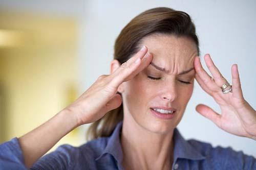 ><figcaption></figcaption></figure></div><p><span>Các triệu chứng thường gặp hơn bao gồm:</span></p><ul><li>Vấn đề thị giác: Triệu chứng đầu tiên của bệnh xơ cứng đối với khoảng 1/4 người mắc bệnh là rối loạn thị lực. Viêm thần kinh thị giác có thể xảy ra, gây đau sau mắt và có thể mất một phần thị lực. Triệu chứng này thường chỉ ảnh hưởng đến 1 mắt. Triệu chứng khác của mắt có thể bao gồm nhìn mờ hoặc nhìn đôi.</li><li>Co thắt cơ và co cứng: Bệnh nhân có thể bị run hoặc co giật ở một số nơi. Điều này thường do tổn thương ở các dây thần kinh điều khiển các cơ bắp đó. Một số cơ có thể co mạnh và trở nên cứng hơn, khó hoạt động hơn. Đây được coi là cơ cứng.</li><li>Đau: Có 2 loại cơn đau chính có thể xảy ra ở những người có bệnh xơ cứng rải rác:</li><ul><li>Đau thần kinh: xảy ra do tổn thương các sợi thần kinh. Điều này có thể gây đau châm chích hoặc cảm giác bỏng rát trên các phần của da. Vùng da của bạn cũng có thể trở nên rất nhạy cảm.</li><li>Đau cơ xương khớp: loại đau có thể xảy ra trong bất kỳ cơ nào bị ảnh hưởng bởi cơn co giật hoặc co cứng.</li></ul><li>Mệt mỏi: Cực kỳ mệt mỏi hoặc mệt mỏi là một trong những triệu chứng phổ biến nhất của bệnh xơ cứng rải rác. Sự mệt mỏi này nhiều hơn sự mệt mỏi sau khi bạn tập thể dục hoặc gắng sức. Mệt mỏi thậm chí có thể ảnh hưởng đến sự cân bằng và tập trung của bạn. Các phương pháp điều trị khác nhau, bao gồm sự kết hợp của tự điều chỉnh, vật lý trị liệu và tập thể dục.</li></ul><div class=