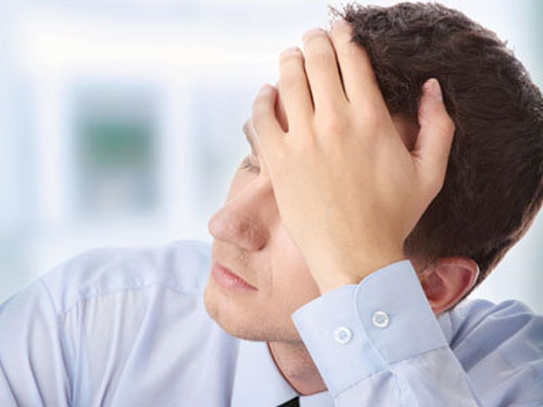 ><figcaption></figcaption></figure></div><ul><li><span>Vấn đề xúc cảm và trầm cảm: Bệnh nhân dễ cười dễ khóc, thậm chí không có lý do. Ngoài ra, nhiều người bị bệnh xơ cứng rải rác có các triệu chứng của bệnh trầm cảm hoặc lo âu ở một số giai đoạn. Điều quan trọng là đến bác sĩ khám và nói về các triệu chứng bạn đang bị, việc điều trị triệu chứng trầm cảm và lo âu thường có hiệu quả.</span></li><li>Các triệu chứng khác có thể xảy ra bao gồm:</li><ul><li>Tê hoặc ngứa ran vài vùng da. Đây là triệu chứng thường gặp nhất của các đợt tái phát đầu tiên.</li><li>Chứng yếu hoặc liệt của một số cơ. Vận động có thể bị ảnh hưởng.</li><li>Có vấn đề về thăng bằng và phối hợp.</li><li>Có vấn đề về sự tập trung và chú ý.</li><li>Run hoặc co thắt một số cơ.</li><li>Chóng mặt.</li><li>Rối loạn đi tiểu.</li><li>Mất khả năng cương dương ở nam giới.</li><li>Khó nói.</li></ul><li>Các triệu chứng thứ phát: các triệu chứng thứ phát là những triệu chứng có thể phát triển trong giai đoạn sau của bệnh, khi một số triệu chứng kể trên trở thành vĩnh viễn. Các triệu chứng này có thể bao gồm: co cứng, nhiễm trùng đường niệu, loãng xương, teo cơ và giảm vận động.</li></ul></div></div><div class=