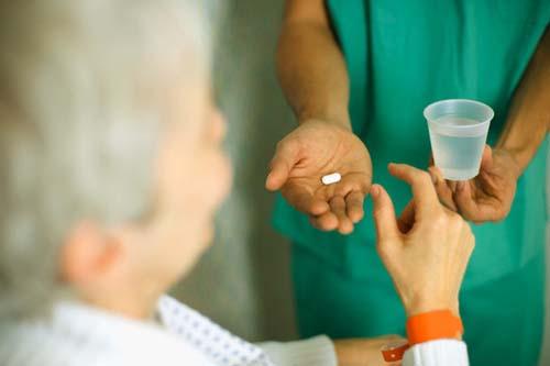 ><figcaption></figcaption></figure></div><ul><li><span>Steroid (đôi khi được gọi là corticosteroid): Steroid thường được chỉ định nếu bạn bị tái phát gây ra tàn tật. Steroid liều cao thường được tiêm tĩnh mạch trong một vài ngày. Đôi khi thuốc viên steroid được sử dụng. Steroid có tác dụng giảm viêm. Một đợt điều trị steroid thường sẽ rút ngắn thời gian bị tái phát. Điều này có nghĩa là các triệu chứng thường được cải thiện một cách nhanh hơn so với không dùng thuốc này. Tuy nhiên, steroid không ảnh hưởng đến sự tiến triển của bệnh.</span></li><li>Phương pháp điều trị khác để cải thiện các triệu chứng: tùy thuộc vào triệu chứng của bạn, phương pháp điều trị khác có thể được tư vấn để cải thiện các triệu chứng đó. Ví dụ:</li><ul><li>Thuốc chống co thắt để giảm bớt co thắt cơ.</li><li>Thuốc giảm đau đôi khi cũng cần thiết. Có nhiều loại thuốc giảm đau đặc hiệu để cải thiện đau do thần kinh.</li><li>Thuốc cải thiện vấn đề về tiết niệu.</li><li><span>Thuốc chống trầm cảm đôi khi được khuyên dùng nếu bạn bị trầm cảm.</span></li><li>Thuốc giúp cải thiện vấn đề cương dương.</li></ul><li>Các phương pháp và hỗ trợ khác: Có nhiều lựa chọn điều trị và hỗ trợ có thể được khuyến khích, tùy vào tình trạng bệnh và mức độ khuyết tật, bao gồm:</li><ul><li><span>Vật lý trị liệu</span></li><li>Hoạt động trị liệu</li><li>Ngôn ngữ trị liệu</li><li>Lời khuyên và hỗ trợ từ y tá chuyên khoa</li><li><span>Liệu pháp tâm lý</span></li><li>Tư vấn</li></ul></ul></div></div></div><div class=