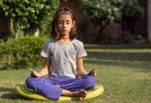 kids-yoga-holiday-indoor