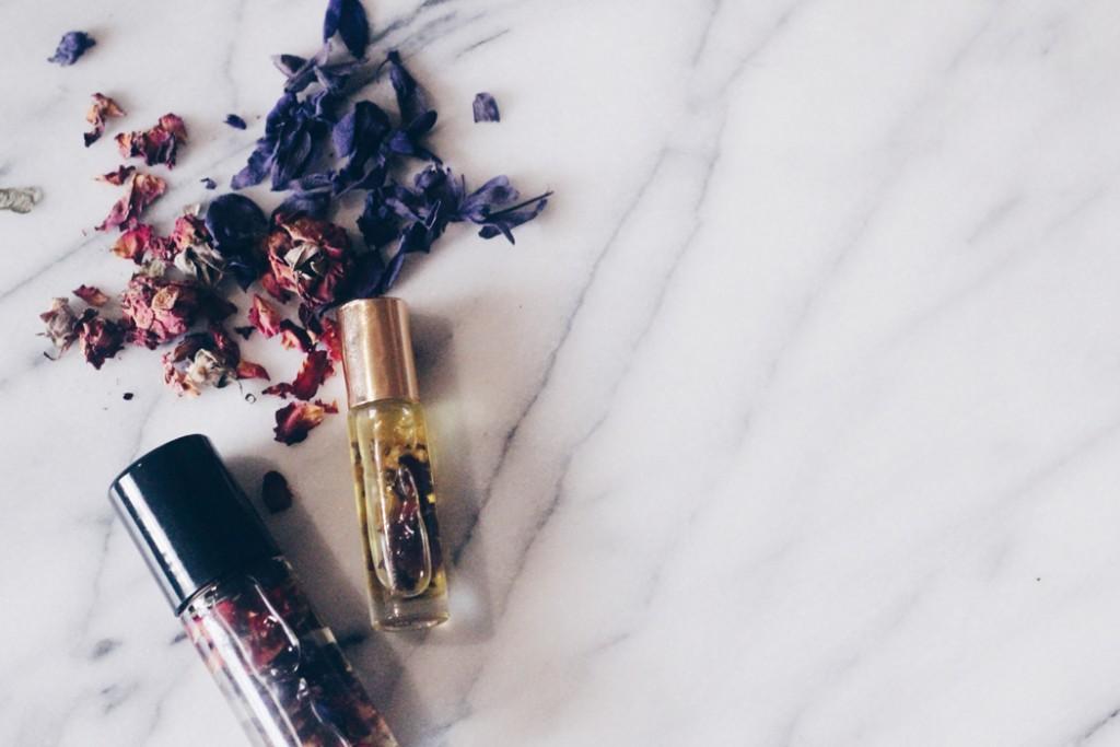 DIY-perfume-oils-flowers-1050x700