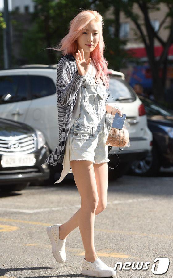 너무 예뻐서 '반칙' 소녀시대 태연이 17일 오전 서울 여의도 KBS 신관 공개홀에서 열린 KBS2 '뮤직뱅크'(이하 뮤뱅) 리허설을 하기 위해 방송국으로 들어서며 인사를 하고 있다.  이날 '뮤뱅'에는 인피니트(INFINITE)를 비롯해 에이핑크, 슈퍼주니어, 소녀시대, 걸스데이, 씨스타(SISTAR), 틴탑, 에이오에이(AOA), 비투비(BTOB), 구하라, 갓세븐(GOT7), 나인뮤지스, 마마무, 포텐, 디셈버, 핫샷(HOTSHOT), 디홀릭 등이 출연한다.
