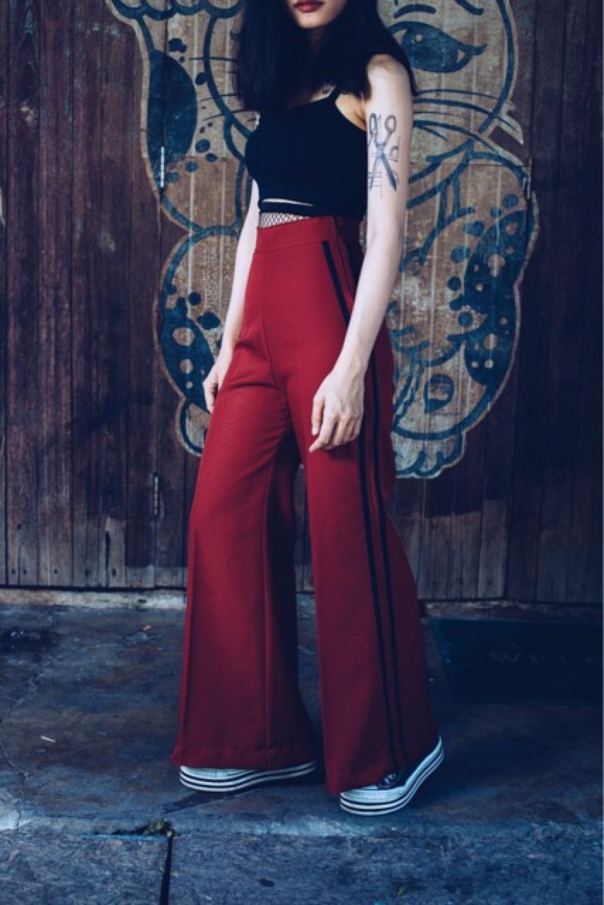 กางเกงขายาวมีแถบสีแดง