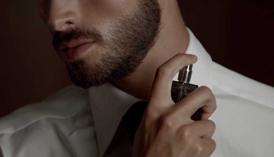 How-to-apply-perfume