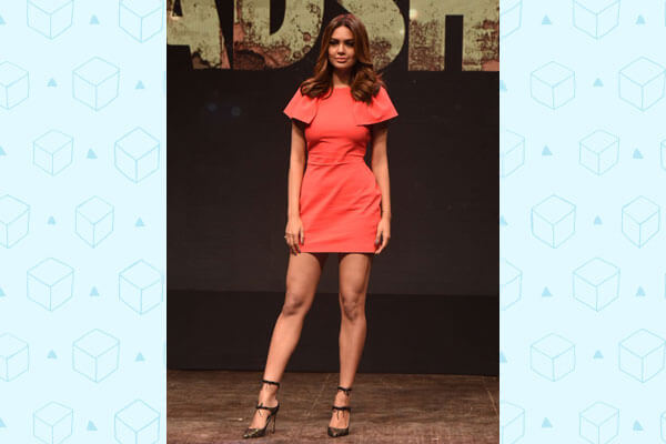 esha gupta bollywood fashion look