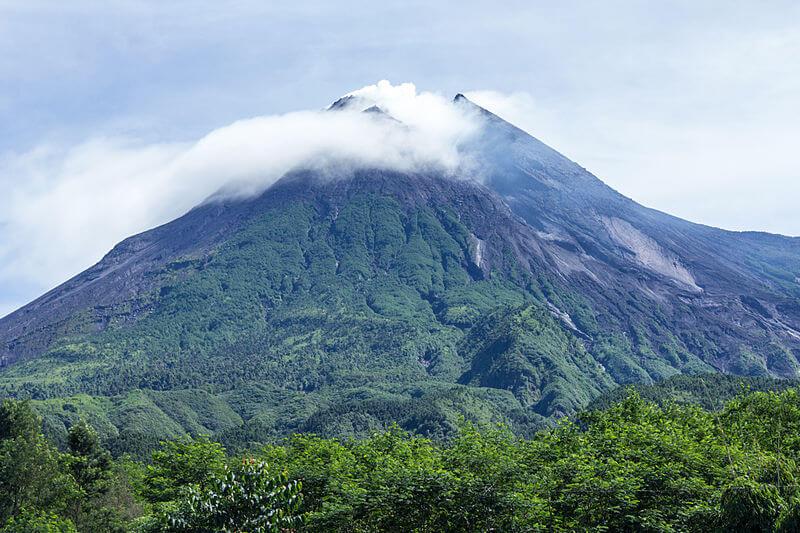 Gunung Merapi. Sumber: https://upload.wikimedia.org/wikipedia/commons/thumb/9/9d/Mount_Merapi_in_2014.jpg/800px-Mount_Merapi_in_2014.jpg