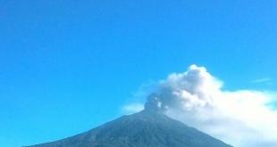 gunung kerinci mengeluarkan abu vulkanis