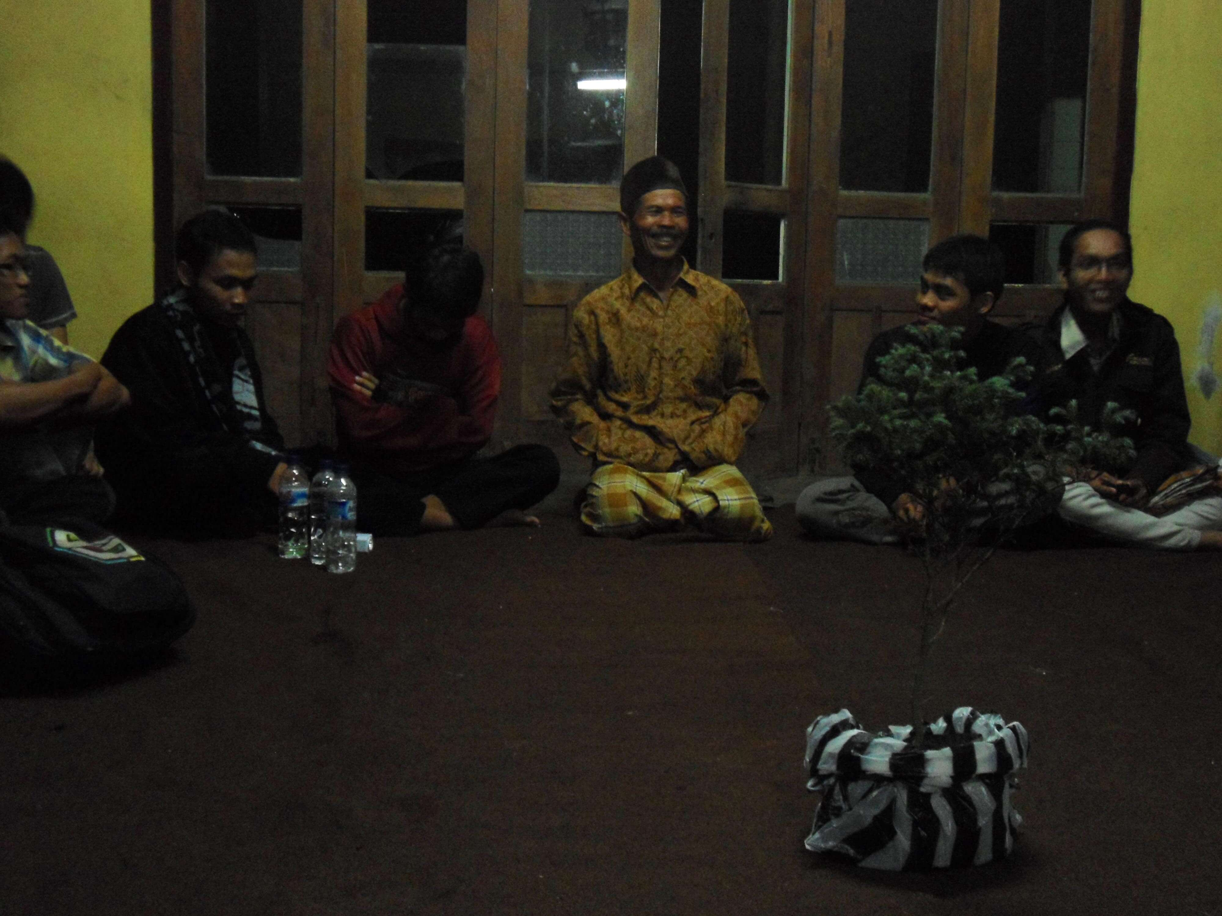 Pak Bayan (Pak Kadus Sawit) saat menyambut acara Penanaman di Gunung Andong oleh BEM Pendidikan Biologi UIN Jogja (Foto : @afvendiant/ BEM Pbio UIN Jogja)