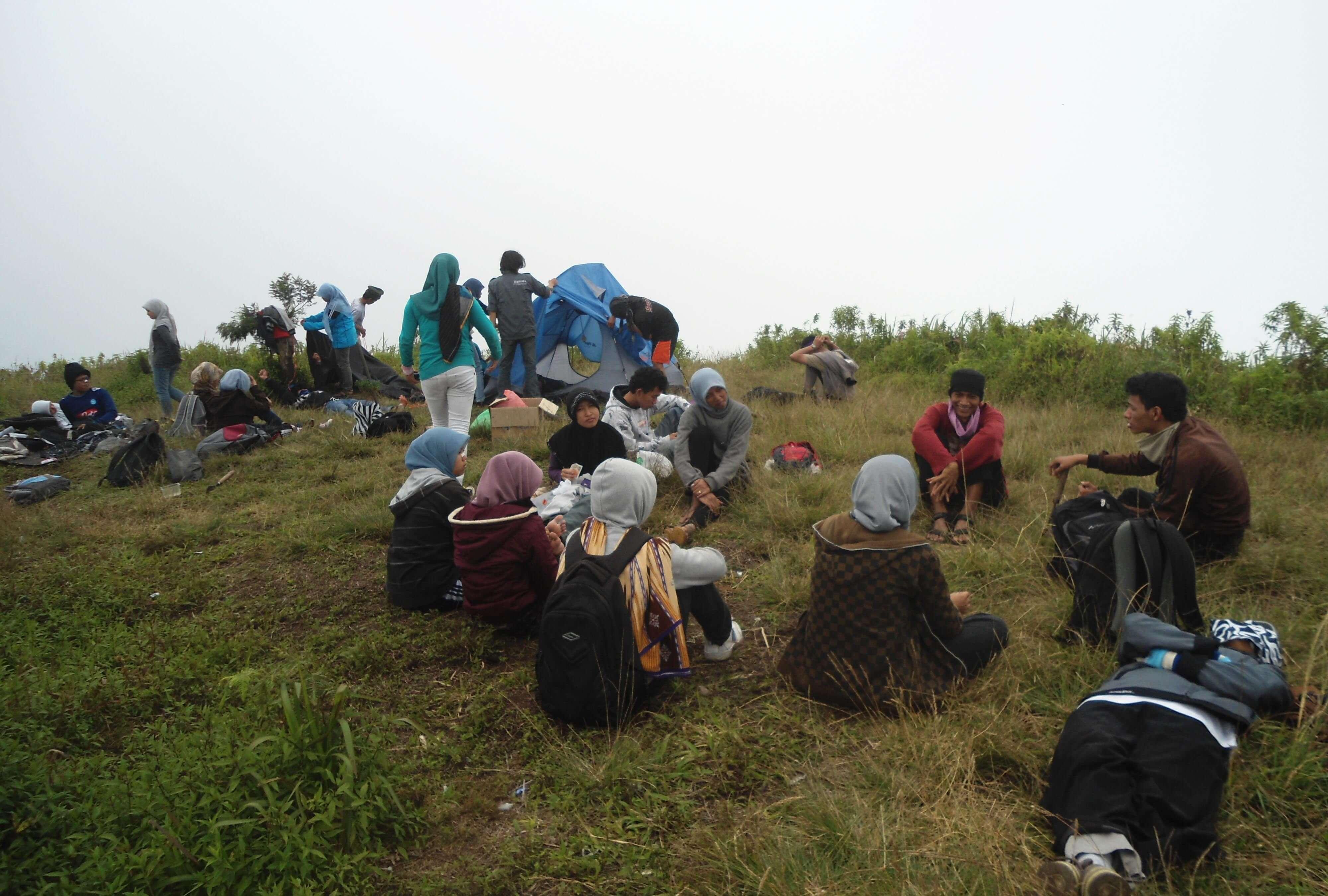 Saat campsite masih Bok*ng Friendly karena masih ditumbuhi rumput tebal, 3 Juli 2012 (Foto oleh : @afvendiant/ BEM Pbio UIN Jogja 2012)