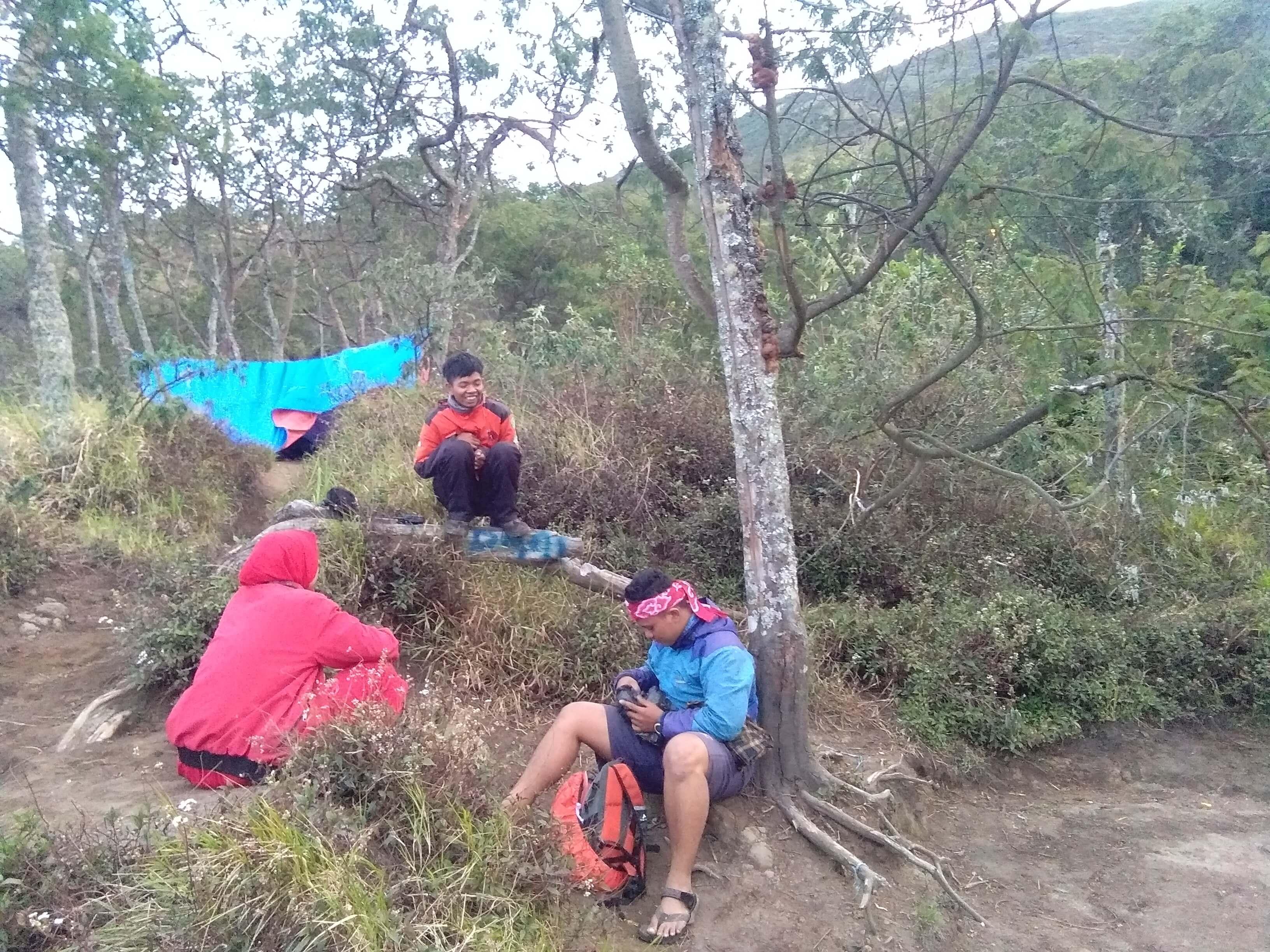 Indah (merah) Imin (Oren) Bagus (Biru) beristirahat di atas Pos 5 (Foto oleh : @afvendiant)