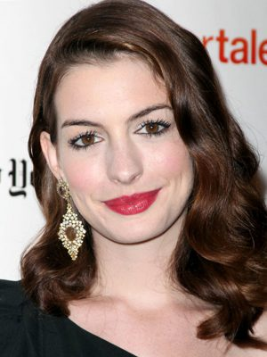 Anne-Hathaway-long-curly-hairstyle-1