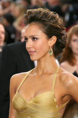 2006-Oscars-Jessica-wore-voluminous-up-do-embellished