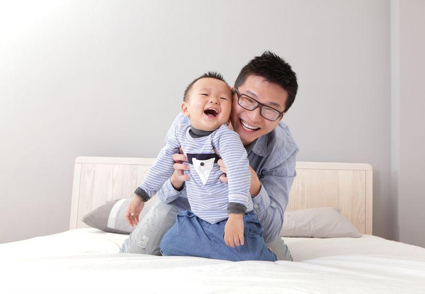 4 Cara Ayah Membuat Si Kecil Tertawa