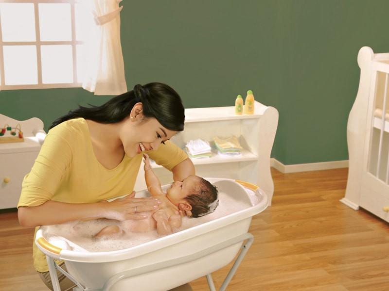 Tidak Perlu Takut Memandikan Bayi yang Baru Lahir