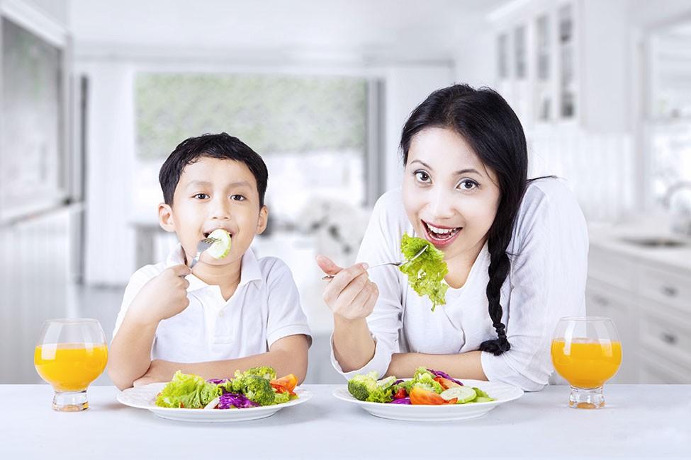 Tips Mengajarkan si Kecil untuk Makan Sayur