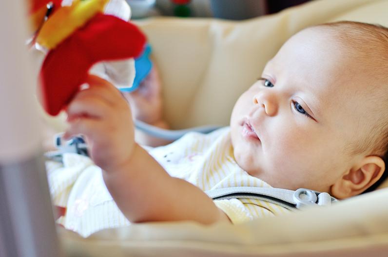 perkembangan bayi usia 4 bulan