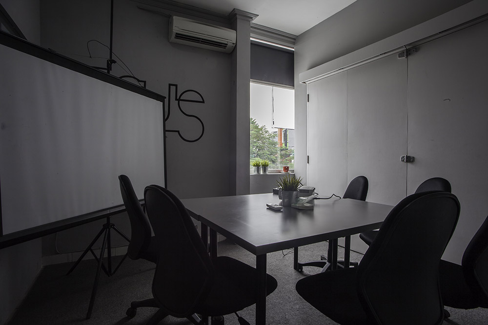 Sewa ruang meeting small room xwork for Small meeting room jakarta selatan