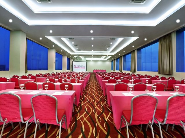 ruang-meeting-di-kebon-jeruk-bandung-favehotel-hyper-square-ballroom-0