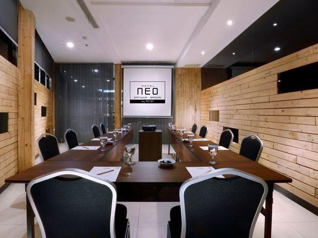 ruang-meeting-di-coblong-bandung-hotel-neo-dipatiukur-remix-meeting-room-0