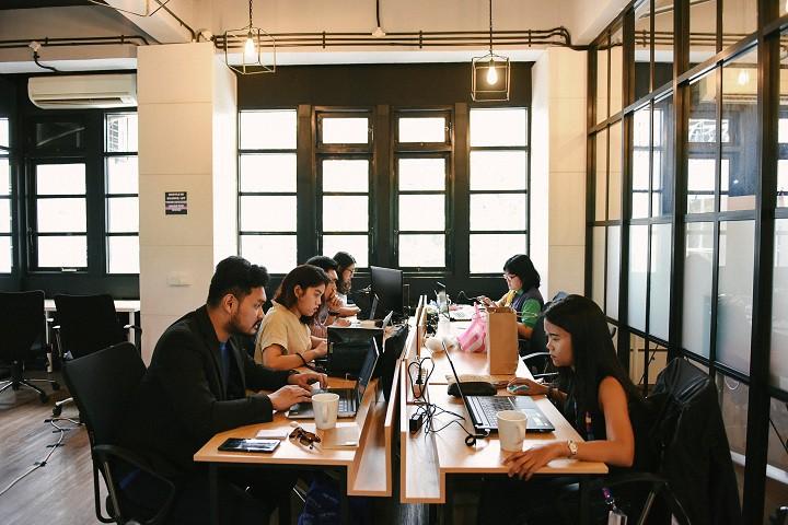 coworking-space-di-setiabudi-jakarta-selatan-gedung-jsc-coworking-desk-0