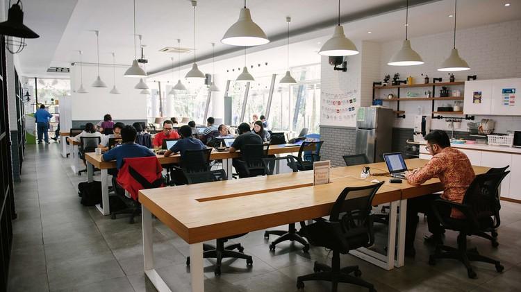 coworking-space-di-cisauk-tangerang-the-breeze-bsd-city-coworking-desk-at-the-breeze-bsd-0