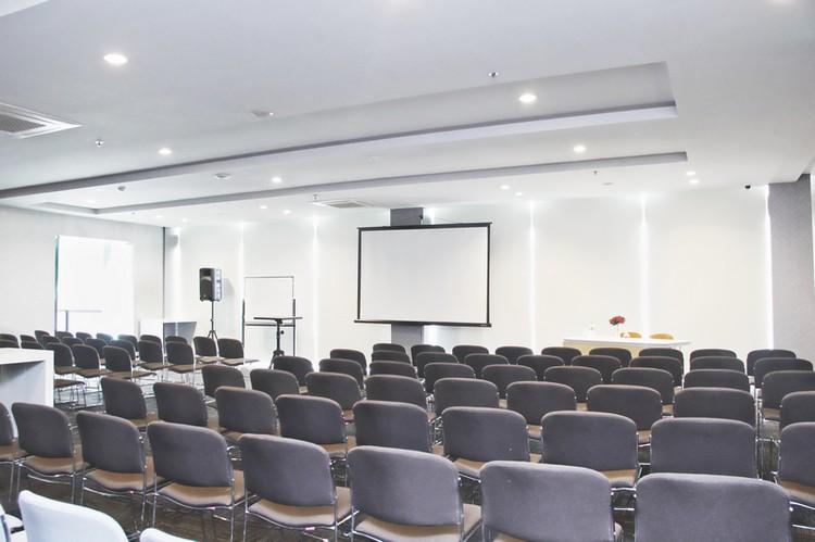 paket-meeting-di-cleo-business-hotel-jemursari,-warren-0