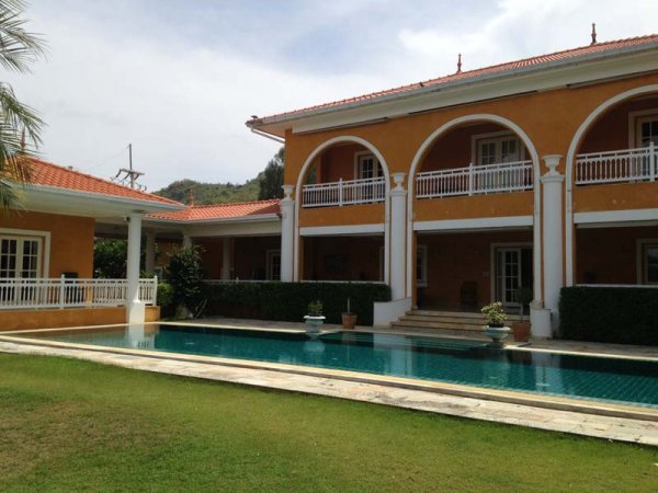 Grand Luxury Estate with 5 Bedrooms + 2 Bedroom Maid house.