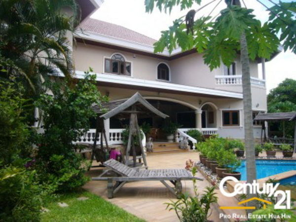 Grand Luxury Pool Villa in Hua Hin Town Centre