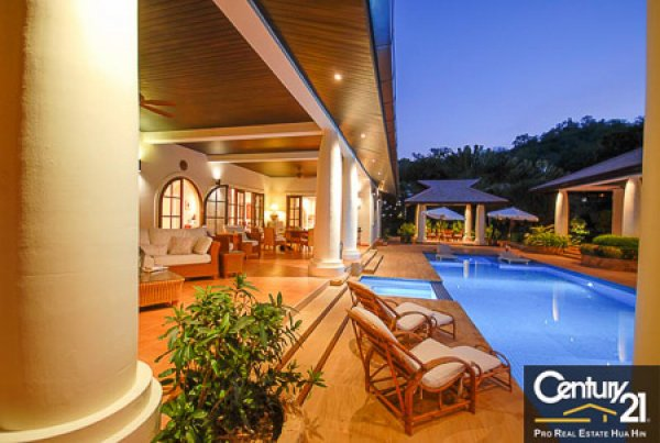IMMACULATE 5 BED POOL VILLA NEAR TOWN AND BEACHES