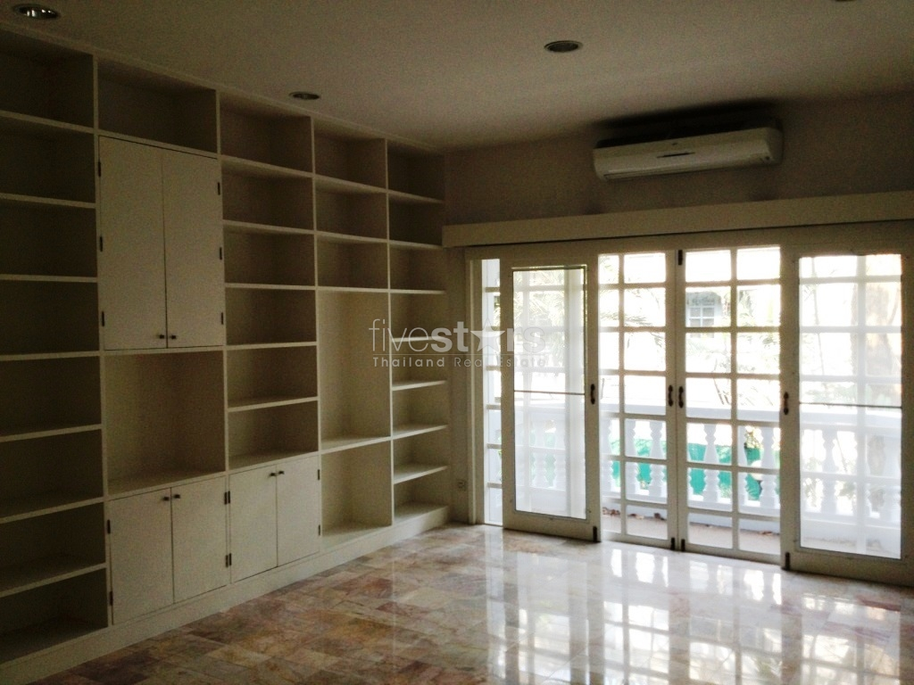 3 Bedrooms Townhouse In Compound For Rent Phrompong To