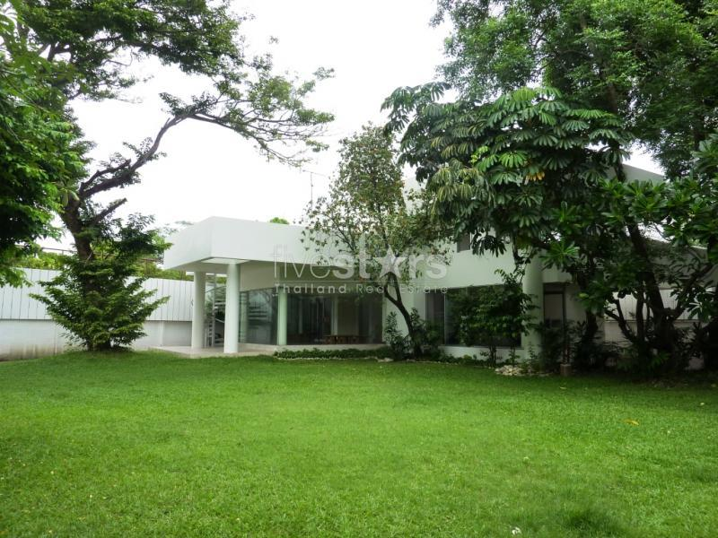 Huge Nice House in bangkok, nice 3 bedroom house with a huge private garden close